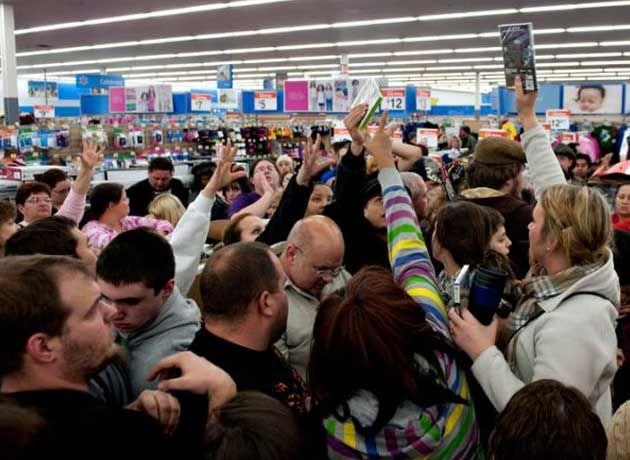 avalanchas de gente comprando en el black friday